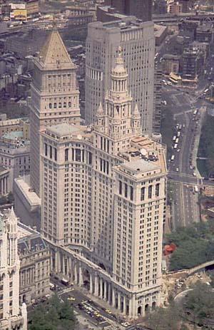 Municipal Building в Нью-Йорке. Одно из зданий, оказавшее влияние на архитектурный облик высоток в Москве. Сзади чуть левее - United States Courthouse
