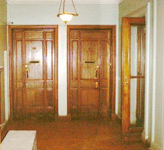 Холл. Двери в квартиры. Справа дверь на боковую лестницу