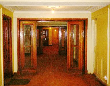 В холле четырнадцатого этажа бокового корпуса потолок на полметра ниже, чем на других этажах