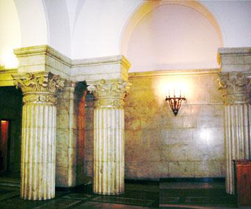 Вестибюль подъезда бокового корпуса. Мраморные колонны