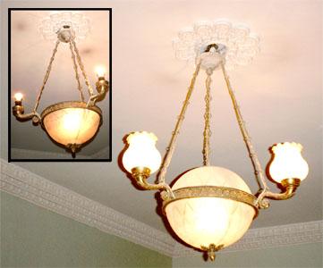 Рожковая люстра. Состояние светильников на разных этажах различно - некоторые лишились своих плафонов